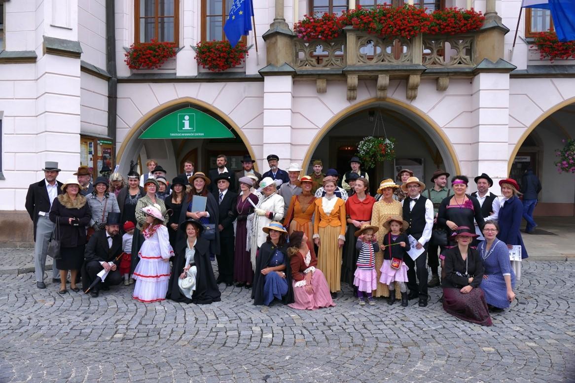 Účastníci rekonstrukce dobového korza.